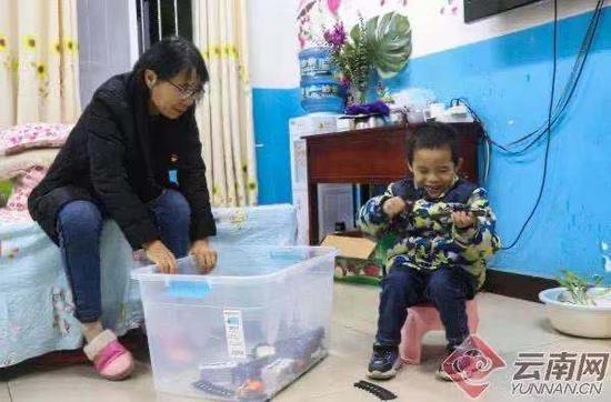 张桂梅和孩子们在一起 赵黎浩 摄