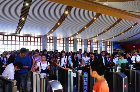 旅客在楚雄站有序排队检票进站乘车。郭婧 摄