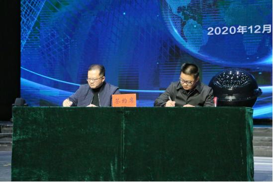 签订合作框架协议(王娅男/摄)