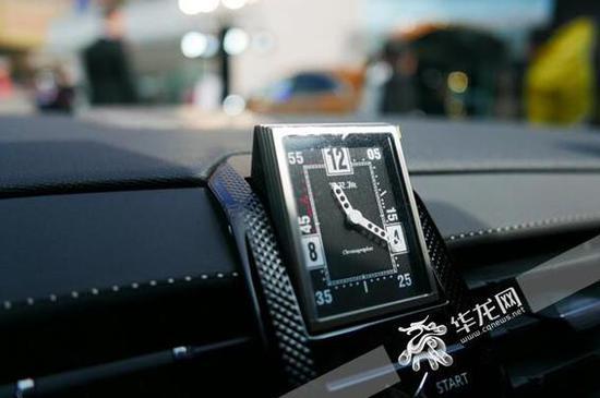 R180中控表极具仪式感,凸显精雕细琢的设计品质。田颖 摄