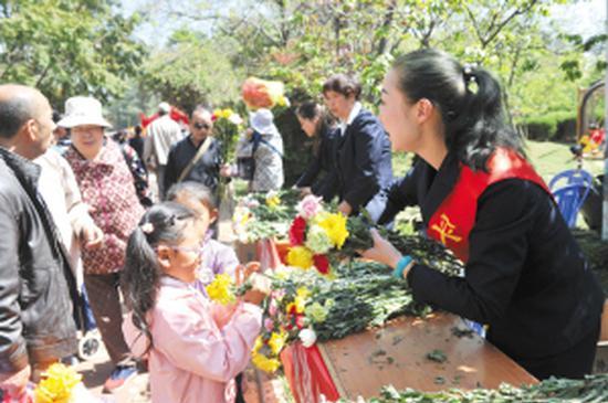 金宝山公墓开展纸钱换鲜花活动。记者刘凯达摄