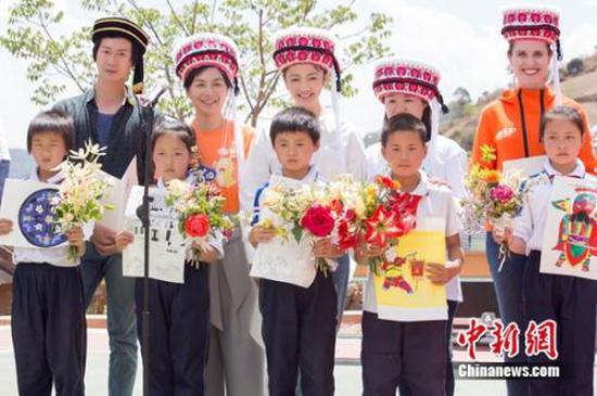 """VIPKID联合为你读诗在鼠街小学举办""""大山里的诗歌音乐会""""公益活动"""