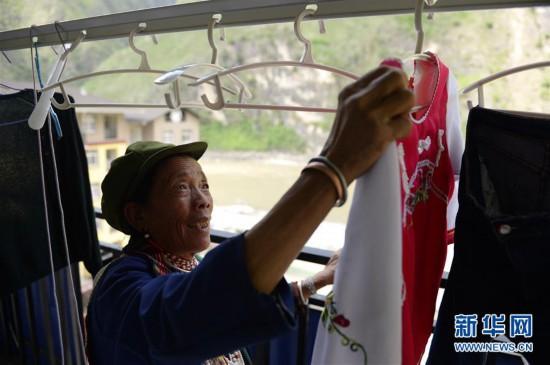 金满村村民在安置点新家的阳台上晾衣服