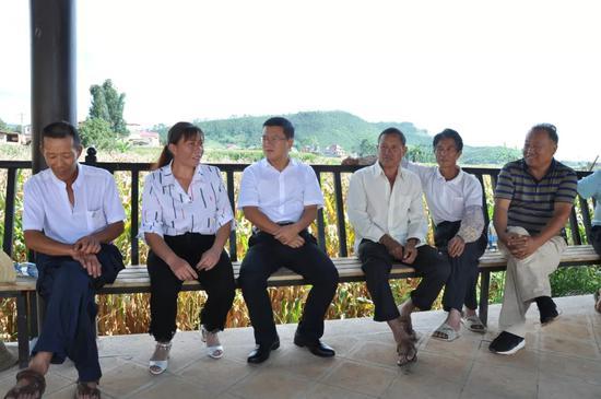 ▲在白云村与村组干部探讨坝区生态环境综合治理