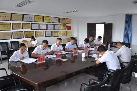 ▲与镇领导班子座谈并听取工作汇报