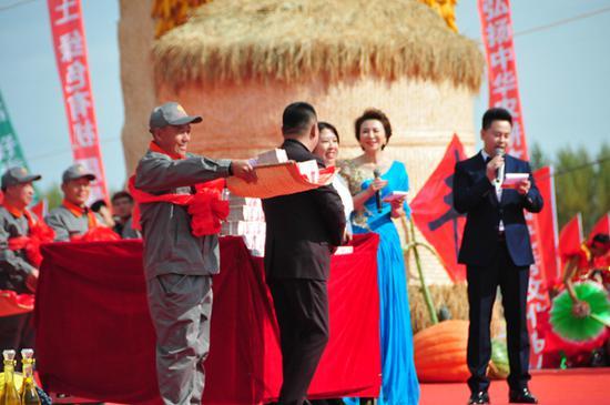 黑龙江庆安分会场现场为农民朋友分红。