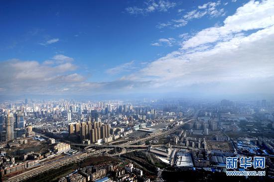 """昆明市提出建设""""立足西南、面向全国、辐射南亚东南亚的区域性国际中心城市""""的奋斗目标。"""