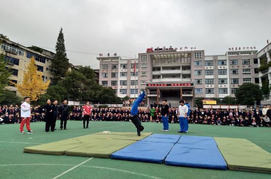 (体育冠军在扎西小学指导青年学生进行标准化训练)