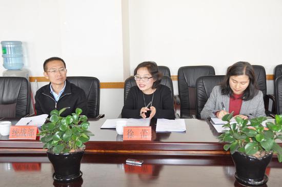 副县长徐蕾(中)围绕建水经济社会发展作发言