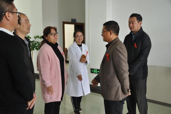 县委书记毛宗晦(右二)看望慰问防艾医护人员