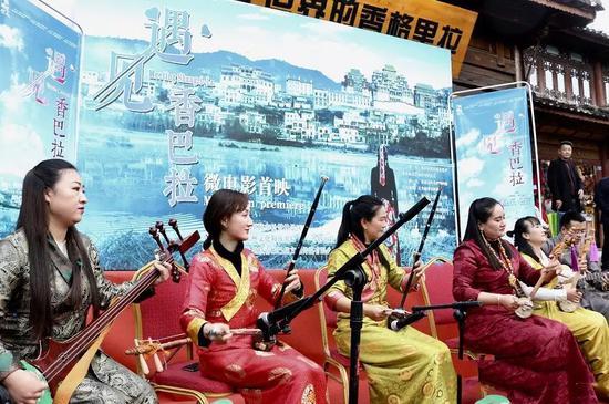 仪式伴随着悦耳的古筝弦子演奏拉开序幕