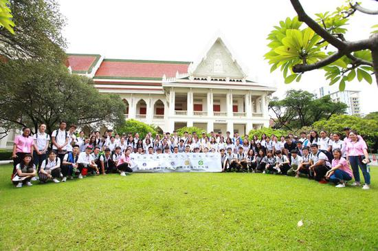 环亚国际教育TOP5泰国前五名校预科班学生在最美校园合影留念
