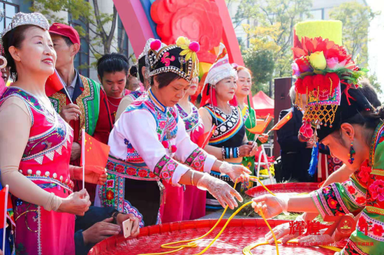 """2000名昆明市民共享""""国庆面"""" 庆祝新中国成立70周年"""