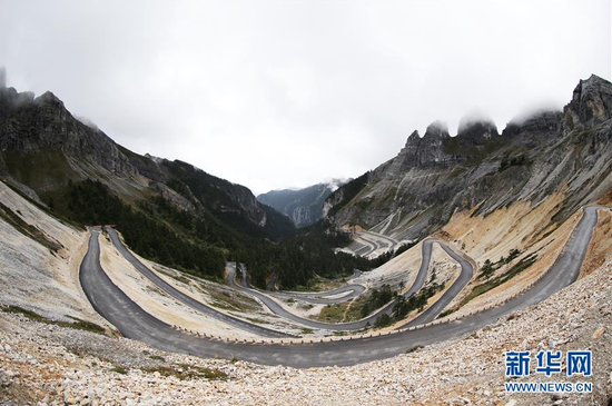 云南香格里拉市尼西乡巴拉村所在峡谷内的盘山公路(9月18日摄)。新华社记者 张誉东 摄