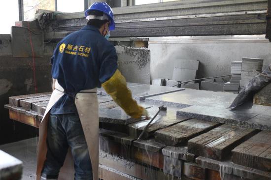 顺合石材厂工人在加工花岗岩