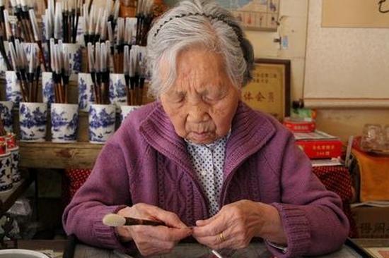 """昆明八旬""""毛笔奶奶"""":巧手匠心 一生做好一支笔"""