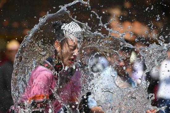 """游客昆明欢度泼水节 尽享""""湿身""""乐趣"""