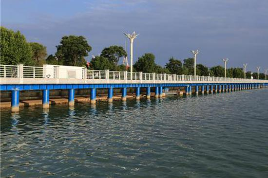 12组雕塑屹立昆明滇池湖畔 草海大堤成新景观