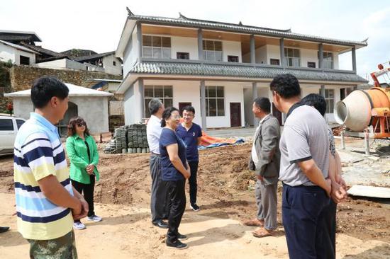 张静主任在龙江乡大汉坝村视察村级活动场所建设情况