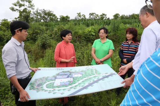 张静主任在腾冲市蒲川乡查看营盘茶庄园规划建设情况