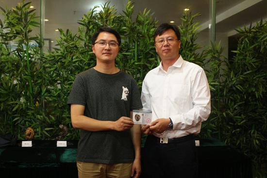颁发第一张《缅甸琥珀》鉴定证书 摄影/张玲