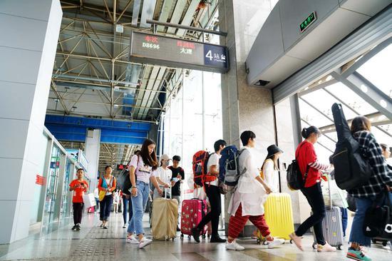 旅客陆续前往站台乘车。张灏摄影