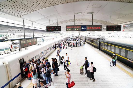 旅客在昆明站有序乘降列车。张灏摄影