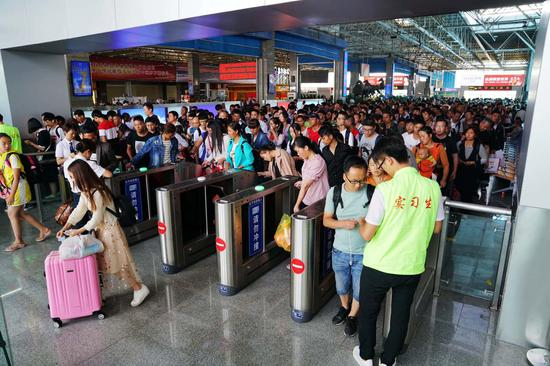 旅客使用闸机自助检票。张灏摄影