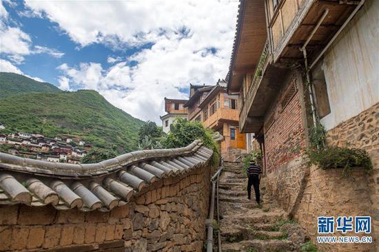 一名当地村民走在宝山石头城内的石路上(8月2日摄)。新华社记者 胡超 摄