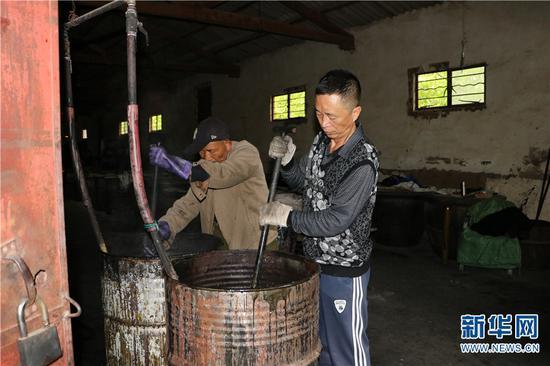 李坤霖挥舞铁铲搅动着正在熬制的明胶,每次熬胶,都需要搅动铁铲上千次。新华网 发 供图