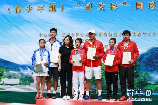 青少年组网球比赛乙组女子单打比赛颁奖现场。(李林蔚 摄)
