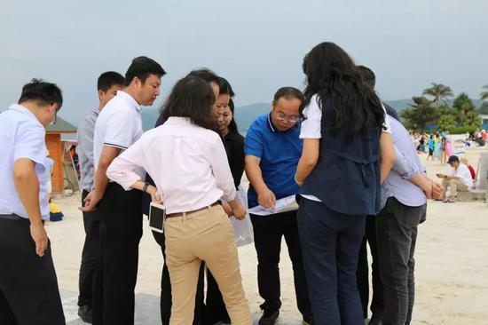 ▲工作人员详细介绍旅游项目规划情况