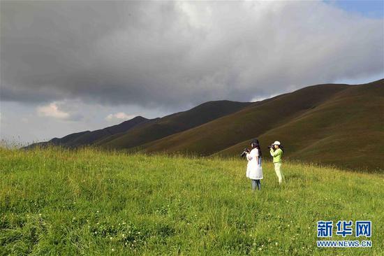 8月27日,游客在大海草山拍摄美景。