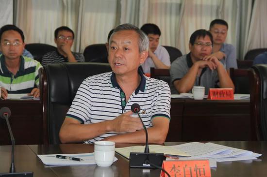 ▲县人大常委会主任李自恒作点评发言