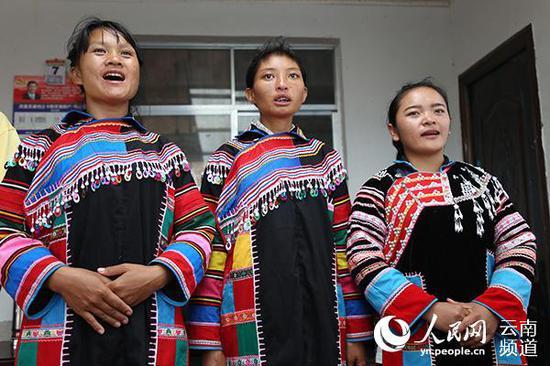 二妹(右)和姐妹一起唱歌。(人民网 李发兴 摄)
