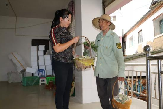 ▲普莉向村民收购野生菌