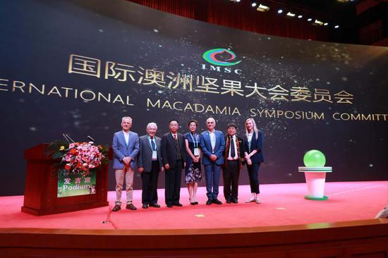 国际澳洲坚果大会首届主席团合影