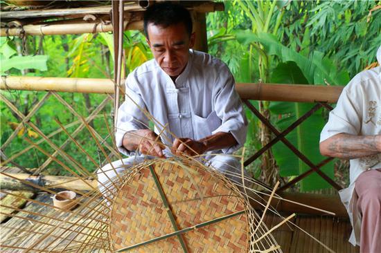 """第三天一大早,大V们走进环境清幽、民风淳朴的河西村那永组,体验这里的竹编技艺。竹编这一古老的民族民间技艺在那永有着300多年的悠久历史,与当地村民的生产生活和民俗文化密不可分,家家户户掌握竹编技艺,至今仍有45户人家常年从事竹编工艺制作,因此,那永也有""""竹艺风情村""""的美誉。经一代又一代那永艺人创新,目前,那永竹编可以编出笋帽、甄子、饭盒、挎箩、篾桌、篾凳、篾箩、糖果盘、酒杯、茶杯、抽纸盒、垃圾桶、烟灰缸、灯笼等20多种用具。"""
