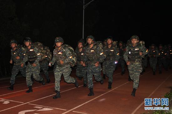 特战队员进行负重奔袭训练。 梁维 摄