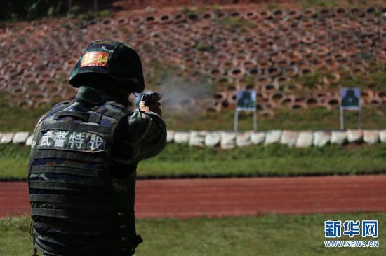 特战队员正在进行手枪快速射击训练。 梁维 摄
