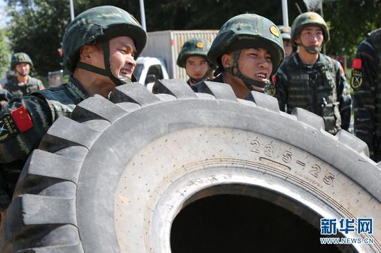 特战队员正在进行训练。 梁维 摄