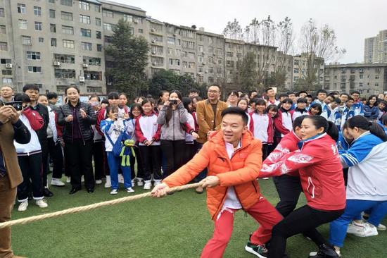 (体育冠军与青年学生一起开展体育运动)
