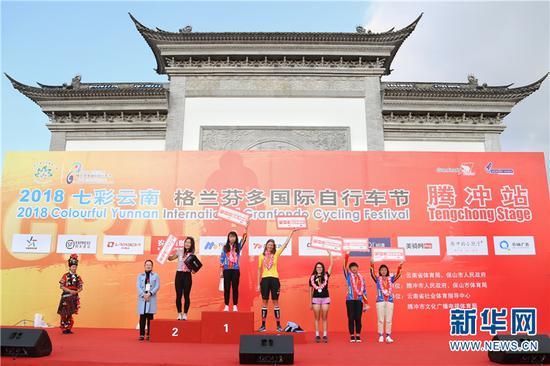 腾冲站长距离女子组颁奖仪式 张翼鹏摄