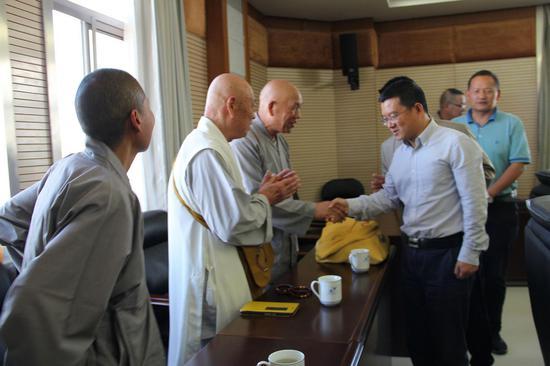 县委书记毛宗晦与宗教人士亲切握手