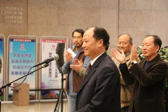 (云南省宗教事务委员会副巡视员鲁德忠宣布摄影展开展 王璐摄)