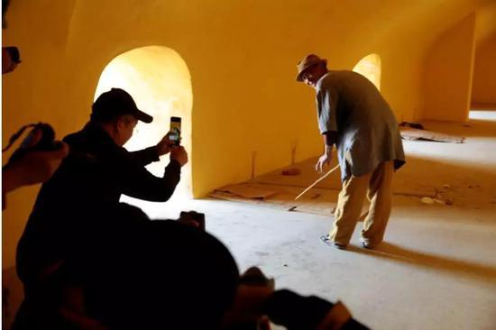 导师们在蚁工坊中为罗旭先生进行拍摄