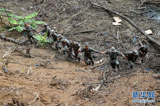 杜富国(右四)和战友们手拉手徒步对已扫雷场进行验收移交(资料照片)。