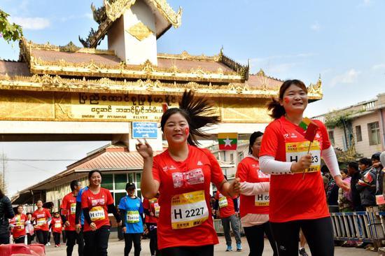 运动员穿过缅甸木姐国门跑回中国瑞丽 摄影 杨平财