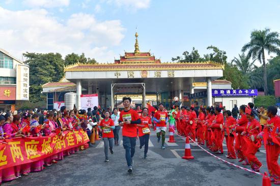 运动员穿过中国瑞丽国门跑进缅甸木姐 摄影 杨平财