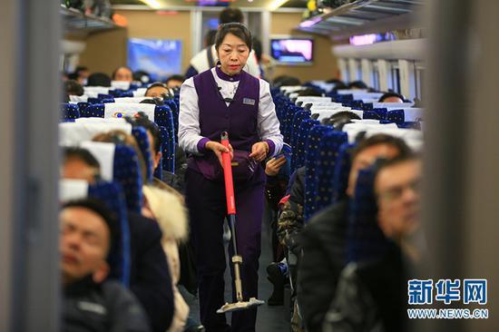 列车工作人员对车厢进行清洁